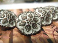Kerek virágmintás fémgomb - 16 mm - bronz patina