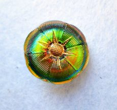Kézzel festett cseh irizáló üveggomb -  vitrail medium- virágmintás