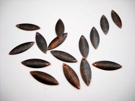 Vörösréz íves szilvamag fityegő - 18*6 mm