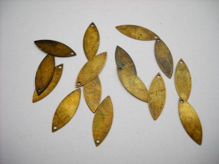 Sárgaréz szilvamag fityegő - 20*7 mm