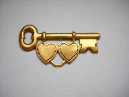 Kulcs szívekkel - sárgaréz veret - 40*20 mm