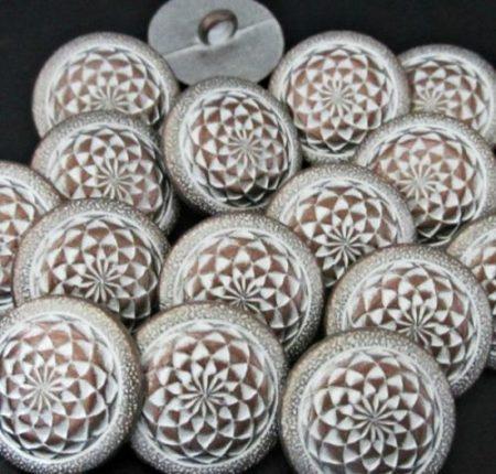 Kerek virágmintás fémgomb - 18 mm - patina